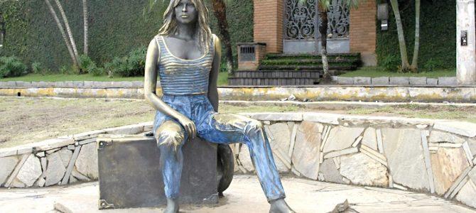 Estátuas de personalidades atraem visitantes a pontos turísticos