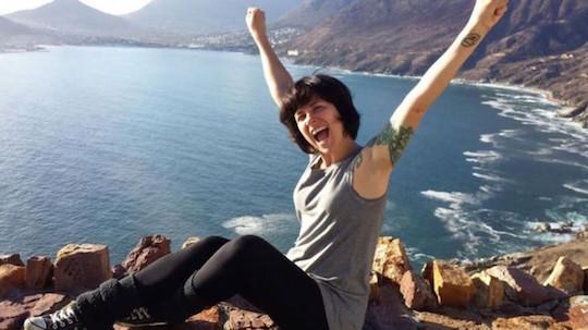 Gaia Passarelli, em uma praia da Africa do Sul, diz que nunca sentiu medo em suas dezenas de viagens internacionais sem companhia (Foto: Arquivo pessoal/BBC)