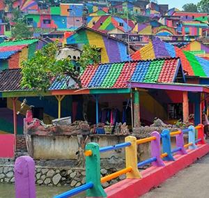 Bairro na Indonésia tem 200 casas pintadas e vira atração como 'Aldeia arco-íris'