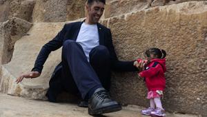 Homem mais alto do mundo e mulher mais baixa se encontram no Egito